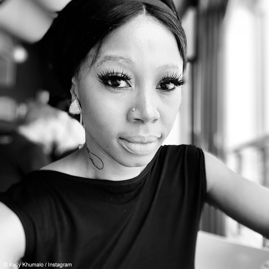 Kelly Khumalo explores the streets of Maboneng with her friends, dressed in an all-black outfit